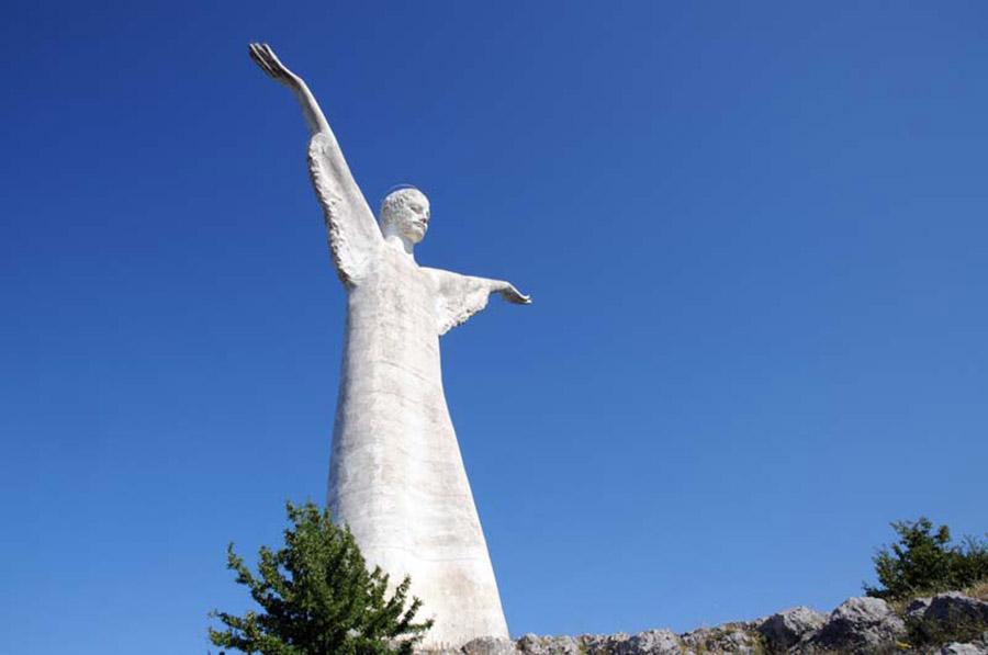 statua del cristo in montagna